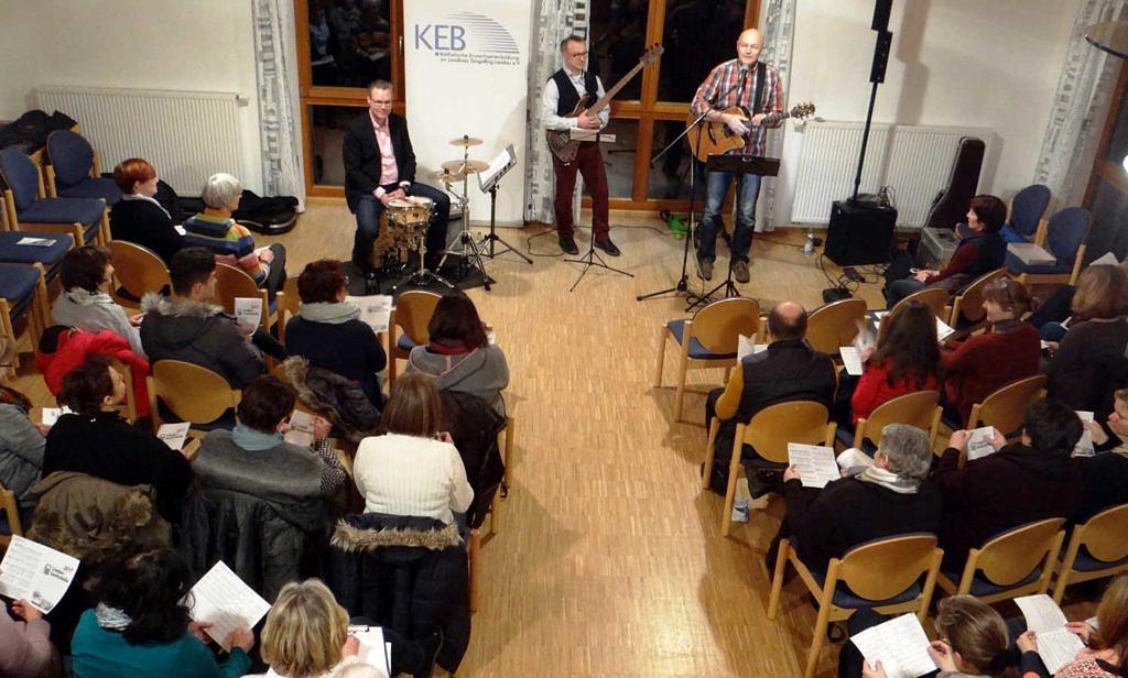 Rund 45 Besucher sangen begeistert mit.