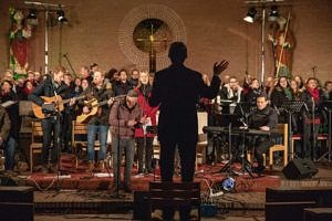 Andreas Schmidt dirgierte das gemeinsame Schlusslied (Foto: Claudia Omonsky)